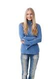 Jonge vrouw die in jeans en trui glimlachen stock afbeeldingen