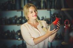 Jonge vrouw die keramiek met rood email in atelier selecteren Royalty-vrije Stock Foto's