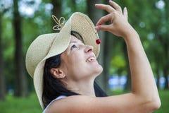 Jonge vrouw die kers eten openlucht stock afbeeldingen