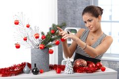 Jonge vrouw die Kerstmisdecoratie maken Royalty-vrije Stock Fotografie