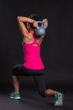 Jonge vrouw die kettlebell exercices doen Royalty-vrije Stock Fotografie