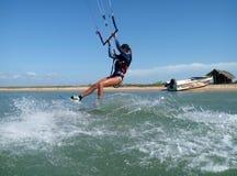 Jonge vrouw die kitesurf doen stock fotografie