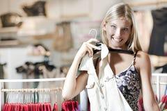 Jonge vrouw die kleding probeert Royalty-vrije Stock Afbeelding