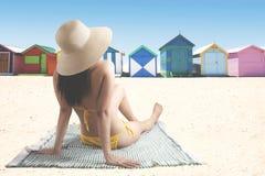 Jonge vrouw die kleurrijk plattelandshuisje bekijken Stock Foto's