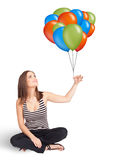 Jonge vrouw die kleurrijke ballons houdt Royalty-vrije Stock Afbeeldingen