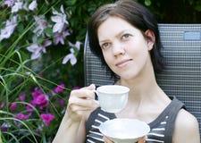 Jonge vrouw die koffie heeft Stock Foto's
