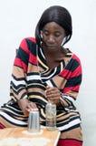 Jonge vrouw die kokosnotencake voorbereiden stock foto