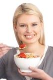 Jonge Vrouw die Kom Gezond Graangewas eet royalty-vrije stock afbeeldingen