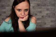 Jonge vrouw die laptop computerzitting voor witte bakstenen muurachtergrond, mensen en technologie, levensstijlen gebruiken royalty-vrije stock foto