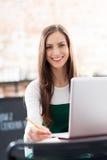 Vrouw die laptop in koffie met behulp van Stock Fotografie
