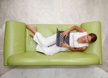 Jonge vrouw die laptop met behulp van Royalty-vrije Stock Afbeeldingen