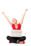 Jonge vrouw die laptop met behulp van Royalty-vrije Stock Foto