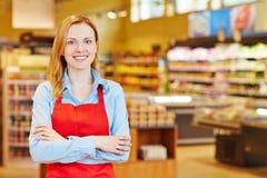 Jonge vrouw die leertijd in supermarkt doen royalty-vrije stock afbeeldingen