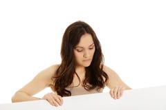 Jonge vrouw die lege banner in handen houden Stock Afbeeldingen