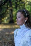 Jonge vrouw die linker voor de bomen kijken Royalty-vrije Stock Fotografie