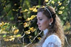 Jonge vrouw die linker voor de bomen kijken Stock Foto's
