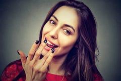 Jonge vrouw die lippenbalsem toepassen stock foto's