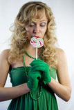 Jonge vrouw die lolly eten royalty-vrije stock afbeelding
