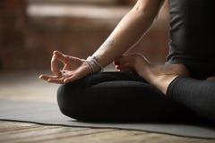 Jonge vrouw die Lotus-oefening, mudragebaar dicht omhoog doen royalty-vrije stock fotografie