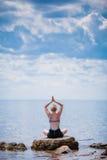Jonge Vrouw die Lotus Yoga Position doen Stock Foto