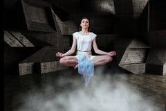 Jonge vrouw die in lucht in 3d ruimte mediteren Royalty-vrije Stock Afbeeldingen