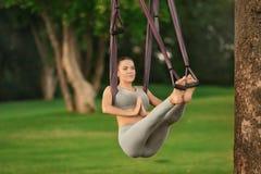 Jonge vrouw die luchtyoga op boom uitoefenen Royalty-vrije Stock Foto