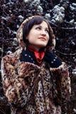 Jonge vrouw die in luipaardbontjas omhoog kijkt Royalty-vrije Stock Foto's