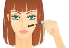 Jonge vrouw die make-up doen. Stock Afbeeldingen