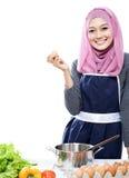 Jonge vrouw die makend een maaltijd met ingrediënten op tabl voorbereidingen treffen stock foto's