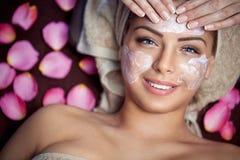 Jonge vrouw die maskerprocedure hebben royalty-vrije stock afbeelding