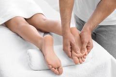Jonge vrouw die massage in salon ontvangen royalty-vrije stock foto