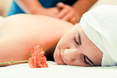 Jonge vrouw die massagebehandeling heeft Stock Afbeeldingen