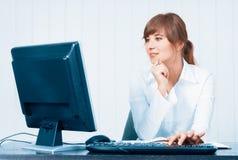 Jonge vrouw die met computer werkt Stock Foto