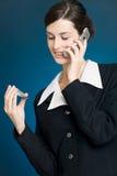 Jonge vrouw die met creditcard telefonisch betaalt Stock Foto