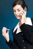 Jonge vrouw die met creditcard telefonisch betaalt Stock Foto's