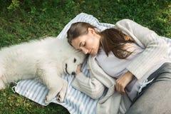 Jonge vrouw die met een hond in het park lopen Royalty-vrije Stock Foto