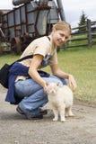 Jonge vrouw die met een kat lacht Royalty-vrije Stock Afbeelding