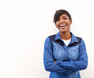 Jonge vrouw die met gekruiste wapens lachen Royalty-vrije Stock Foto