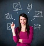 Jonge vrouw die met getrokken gadgets denken rond haar hoofd Royalty-vrije Stock Foto