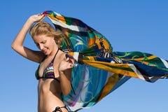 Jonge vrouw die met hoofddoek danst Stock Fotografie