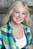 Jonge vrouw die met landstijl bij camera glimlacht Stock Fotografie