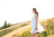 Jonge vrouw die met lang haar op een berglandschap kijken royalty-vrije stock fotografie