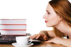 Jonge vrouw die met laptop werkt Royalty-vrije Stock Afbeeldingen