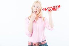 Jonge vrouw die met liefdetrompet luistert Royalty-vrije Stock Foto's