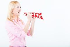 Jonge vrouw die met liefdetrompet schreeuwt Royalty-vrije Stock Foto's