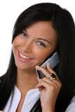 Jonge vrouw die met mobiele telefoons lacht royalty-vrije stock foto