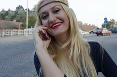 Jonge vrouw die met mobilofoon spreken Stock Afbeeldingen