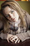 Jonge Vrouw die met Mooie Blauwe Ogen Rode Wijn drinken stock afbeeldingen