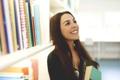 Jonge vrouw die met overgeheld hoofd glimlachen Royalty-vrije Stock Foto's