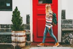 Jonge vrouw die met rugzak in stad lopen stock afbeelding